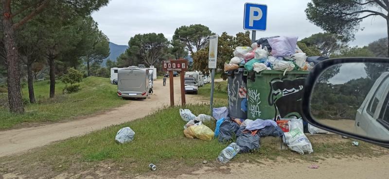 Acumulación de basuras y afluencia de vehículos en una zona protegida de la Sierra Oeste de Madrid.