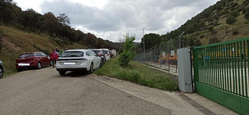 Decenas de vehículos aparcados el pasado fin de semana en una vía pecuaria de la Sierra Oeste de Madrid.