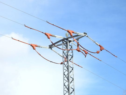 Apoyo de un tendido eléctrico de la provincia de Toledo que ha sido aislado para evitar electrocuciones de aves, con apoyo económico del proyecto AQUILA a-LIFE. Foto: Sergio de la Fuente / GREFA.