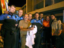 El Joven buitre negro en manos de un miembro de GREFA   con los  Agentes  del Centro Integrado de Seguridad de Alcorcón.